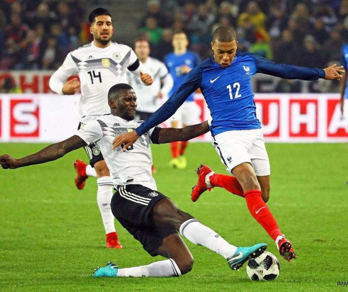 Германия иФранция сыграли вничью, Ляказетт сделал дубль