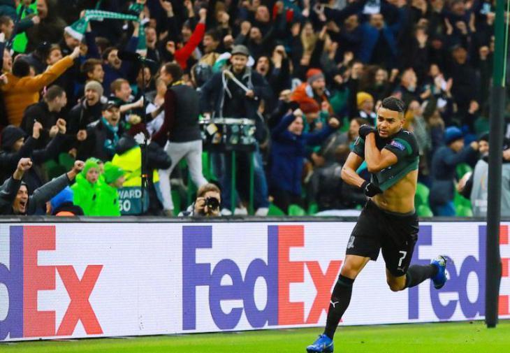 Бельгиец Вандерсон празднует гол и снимает футболку после гола в ворота Стандарда