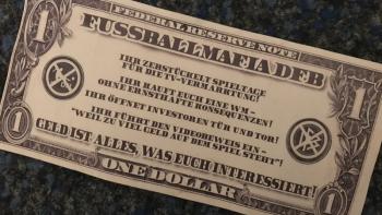 Баннер с однодолларовой банкнотой от фанатов Штутгарта; протест болельщиков в Германии