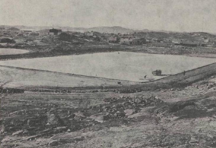 Первый стадион был построен в 1964 году в городе Нуук (столица Гренландии, население на 2015 год около 16 тысяч человек).   Несмотря на такие погодные условия, в футбол в Гренландии играют круглогодично.