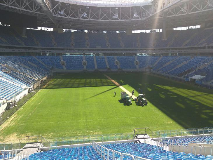 На «Крестовском» начали снимать газон